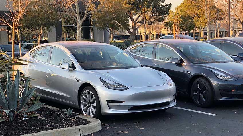 Elon Musk twittrar om Model 3